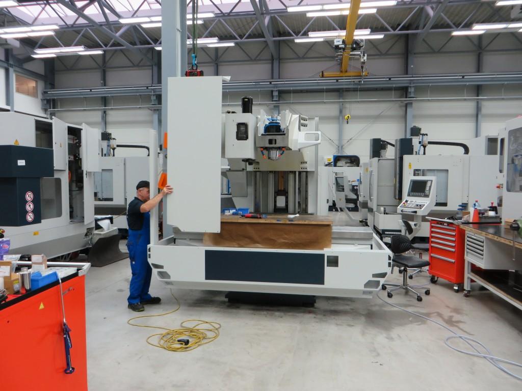 Opbouw van de nieuwe drie-asser in de fabriek van Spinner in Sauerlach (D) (foto: Reinold Tomberg)