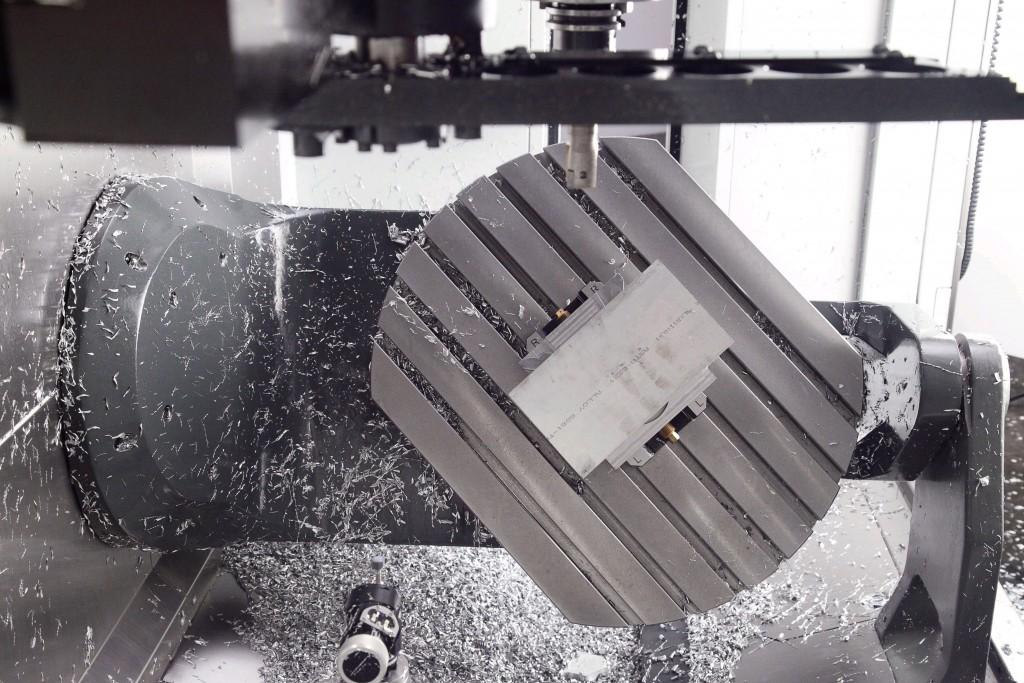 De draaikanteltafel met een zwenkbereik van – 35 tot + 110 º biedt alle mogelijkheden voor het uitvoeren van complexe bewerkingen (foto: Haas)