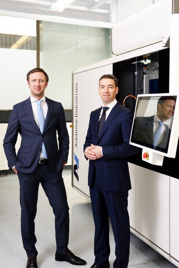 Oprichters van Additive Industries: Jonas Wintermans (links) en Daan Kersten voor de MetalFAB1 (foto: Additive Industries)