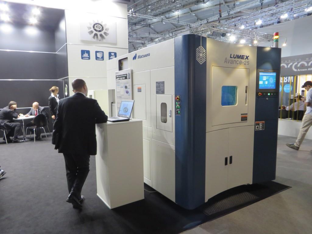 Hybride machine van Matsuura voor de combinatie van SLM met hogesnelheidsfrezen, live gedemonstreerd tijdens de Formnext. Matsuura biedt deze machine nu ook aan in Europa