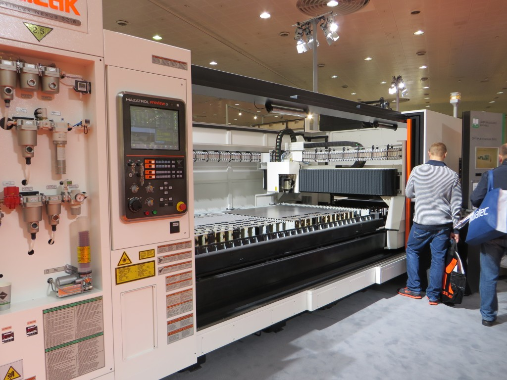 Lasersnijmachine van Mazak op de EuroBlech 2014 (foto: Reinold Tomberg)