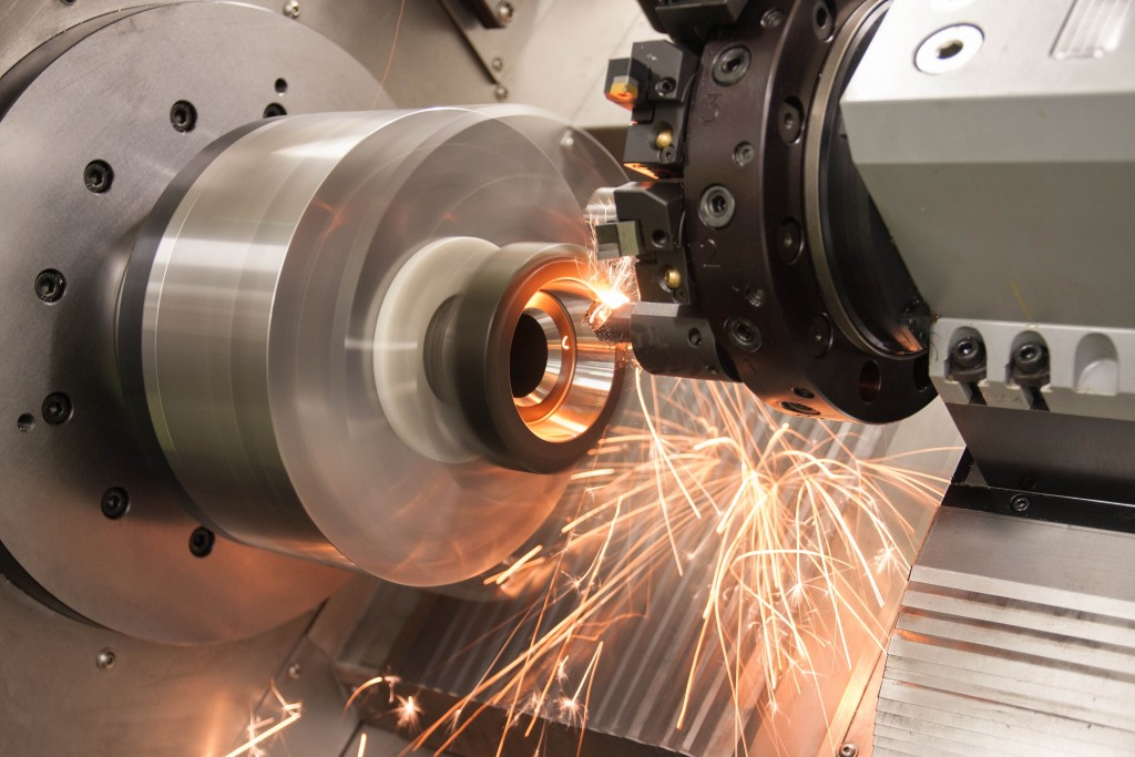 De bewerking van een ingaande as voor een versnellingsbak (input shaft) uit het materiaal 27MnCr5 (hardheid HRc 63) op een Mikroturn-machine. Bij serieproductie wordt een vormnauwkeurigheid binnen 1 micrometer gehaald en een Ra-waarde van 0,2 micrometer (foto: Hembrug)