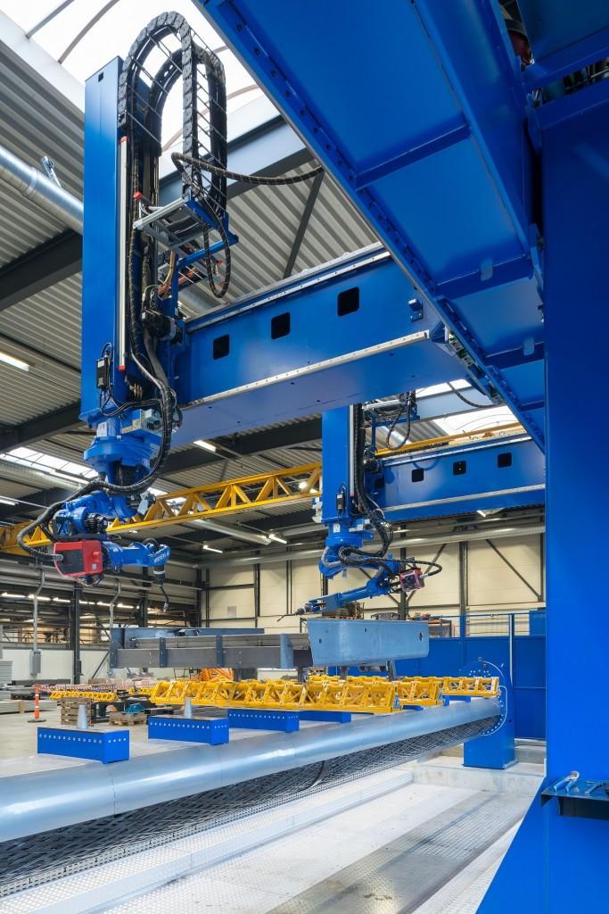 De robotinstallaties van Yaskawa is geschikt voor voor het aflassen van onderstellen en grote lassamenstellingen tot 12 m lengte