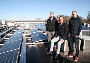 Directeur Frans Verhaegh samen met zijn zoons Joeri (links, werkvoorbereider) en Kjeld (rechts, onderhoudsmonteur) op het dak van Mevo Precision Technology.